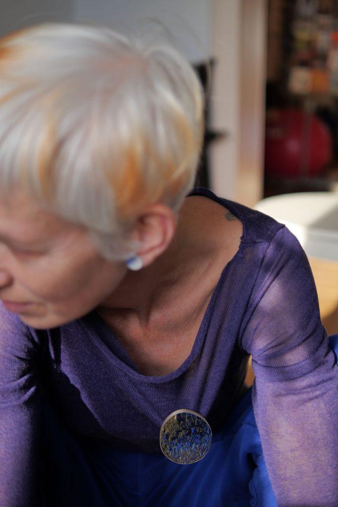 Broche Isabelle Carpentier, corian et argent, photo Lou Sautreau