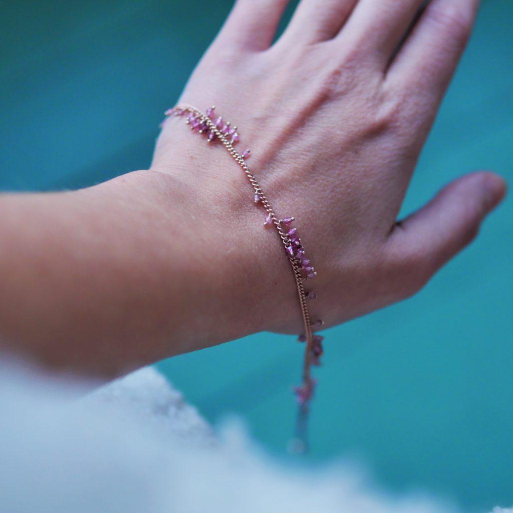 Kate Wood, collier vermeil et rubis, photo Lou Sautreau